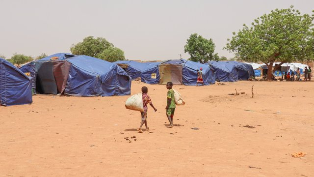 Dos niños en un campo de desplazados en Burkina Faso
