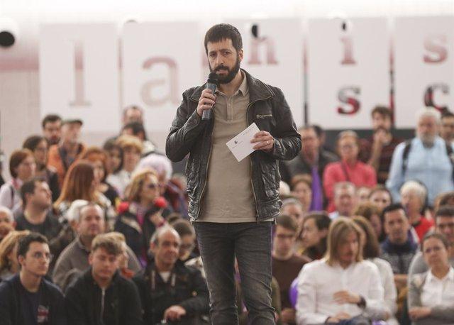 El candidato de Unidas Podemos al Congreso por Valladolid, Juanma del Olmo, participa en un acto con simpatizantes de Podemos en La Cúpula del Milenio de Valladolid