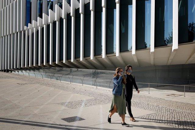 Mujeres con mascarilla en Lisboa