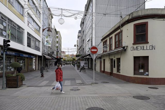 Unha persona camiña por unha das rúas de Bergantiños o día da entrada en vigor de novas medidas e do peche perimetral do municipio debido á crise do Covid-19, en Bergantiños, A Coruña, Galicia, (España), a 14 de novembro de 2020. Este e ou