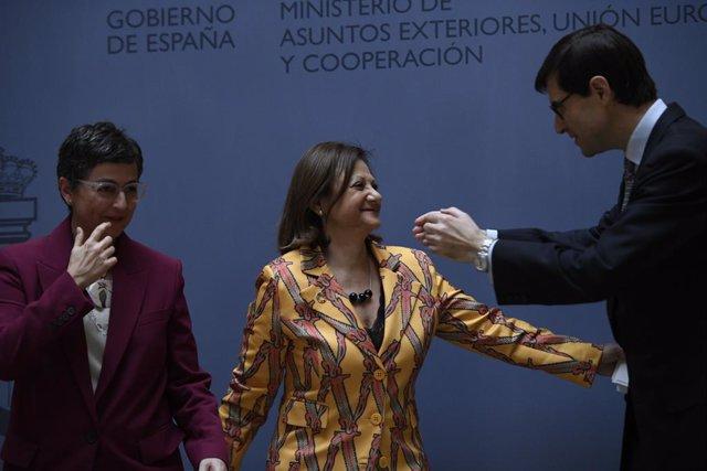 (I-D) La ministra de Asuntos Exteriores, Unión Europea y Cooperación, Arancha González Laya; la nueva secretaria de Estado de Asuntos Exteriores y para Iberoamérica y el Caribe, Cristina Gallach; y el nuevo secretario de Estado para la Unión Europea, Juan