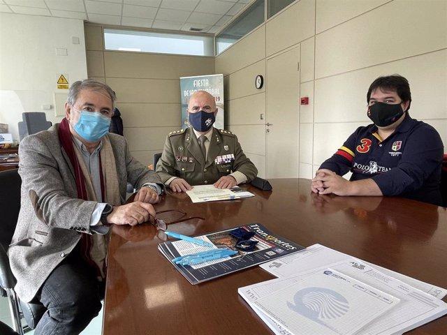 De izquierda a derecha, Juan Andrés Saiz Garrido, presidente de Asetra; el coronel Camilo Vázquez Manzano subdelegado de Defensa en Segovia; y Víctor Fernández Canales, miembro de la Junta Directiva de Asetra.