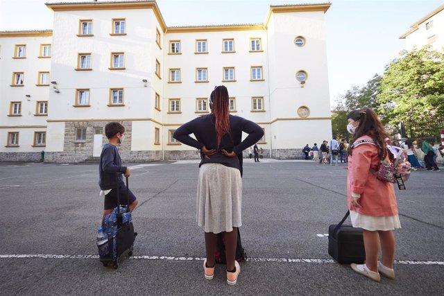 Niños en el patio del Colegio Público Víctor Pradera de Pamplona