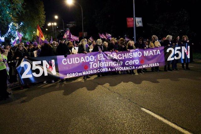 Pancarta en la que se lee '25N. Cuidado el machismo mata. Tolerancia cero', en la manifestación en Madrid con motivo del Día Internacional para la Eliminación de la Violencia contra las Mujeres, en Madrid a 25 de noviembre de 2019.