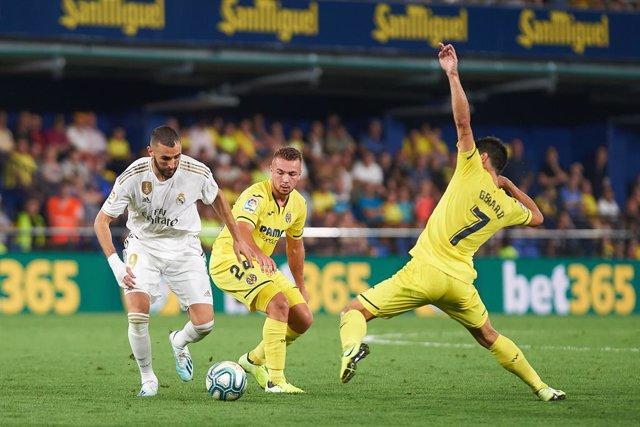Gerard Moreno of Villarreal and Karim Benzema of Real Madrid during the La Liga Santander match between Villarreal and Real Madrid at Estadio de la Ceramica on September 1, 2019 in Vila-real, Spain