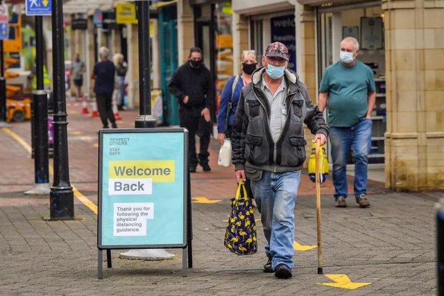 Personas con mascarilla en Reino Unido durante la pandemia de coronavirus