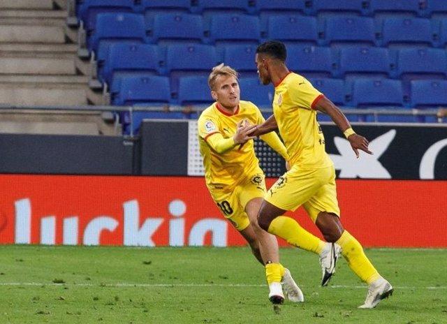 Samu Saiz y Bárcenas celebran el primer gol del Girona ante el Espanyol