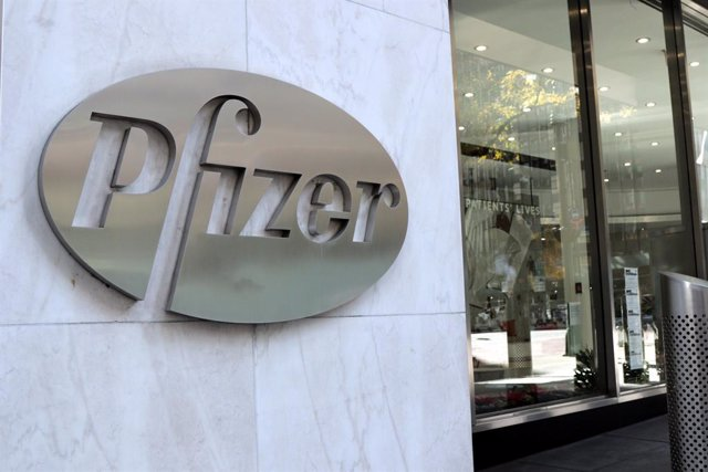 19 November 2020, US, Manhattan: The logo of US pharmaceutical giant Pfizer Inc. can be seen on the main entrance of its headquarter. Pfizer and BioNTech say they have applied to the US Food and Drug Administration for the emergency use of their Covid-19