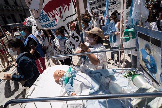 Colectivos de personal sanitario se manifestan por sus condiciones de trabajo en Argentina.