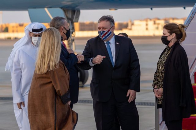 HANDOUT - 20 November 2020, US, Abu Dhabi: USSecretary of State Mike Pompeo (2nd R) and his wife Susan (R) arrive at Abu Dhabi International Airport. Photo: Ron Przysucha/USSecretary of State/dpa - ATTENTION: editorial use only and only if the credit me