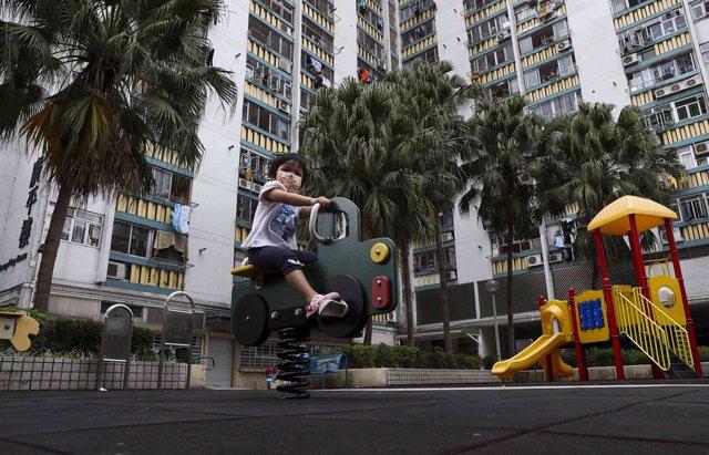 Un niño juega en un parque infantil de Hong Kong.