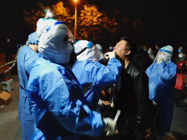 Una persona se somete a una prueba rápida de coronavirus en una de las instalaciones móviles habilitadas en uno de los distritos de Tianjin, en el norte de China.