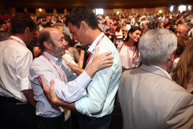 Pedro Sánchez y Alfredo Pérez Rubalcaba durante el Congreso del PSOE