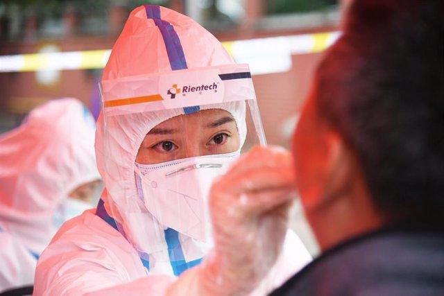 Un funcionario médico realiza una prueba de coronavirus.