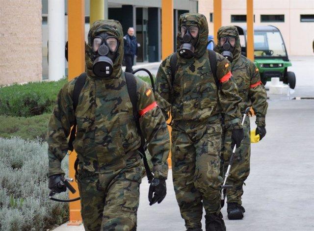 Militares en tareas de descontaminación por el coronavirus el pasado mes de abril.