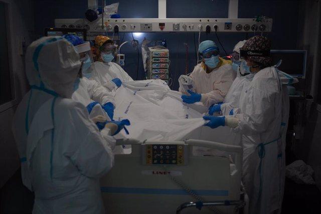 Trabajadores sanitarios atienden a un paciente en la UCI del Hospital del Mar en Barcelona