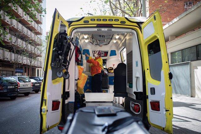 Una tècnic del Sistema d'Emergències Mèdiques (SEM) de la Generalitat de Catalunya en una ambulància durant un servei i neteja d'EPIs, a Barcelona/Catalunya (Espanya) a 19 d'abril del 2020.