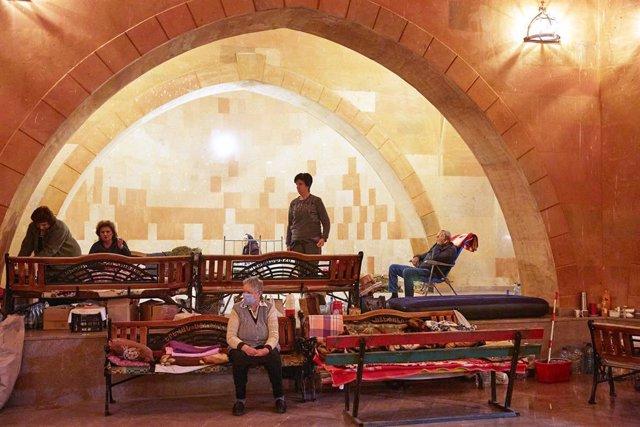Desplazados por el conflicto en Nagorno Karabaj refugiados en una iglesia
