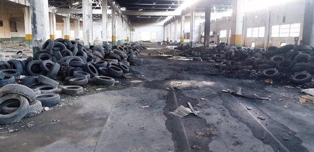 Neumáticos y basura en el interior de la antigua nave de Metalsa