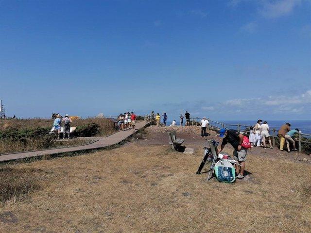 Turistas en el entorno del Cabo Peñas este verano.