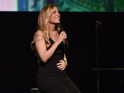 Edurne luce, por primera vez, tripita de embaraza en uno de sus conciertos