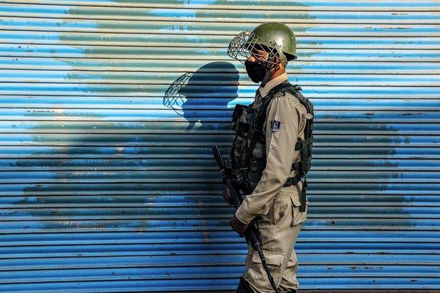 Un paramilitar de India en la región de Cachemira