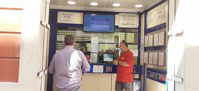 Imagen de una administración de lotería de València en Fase 1.