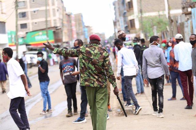 Policía con mascarilla en Nairobi, Kenia