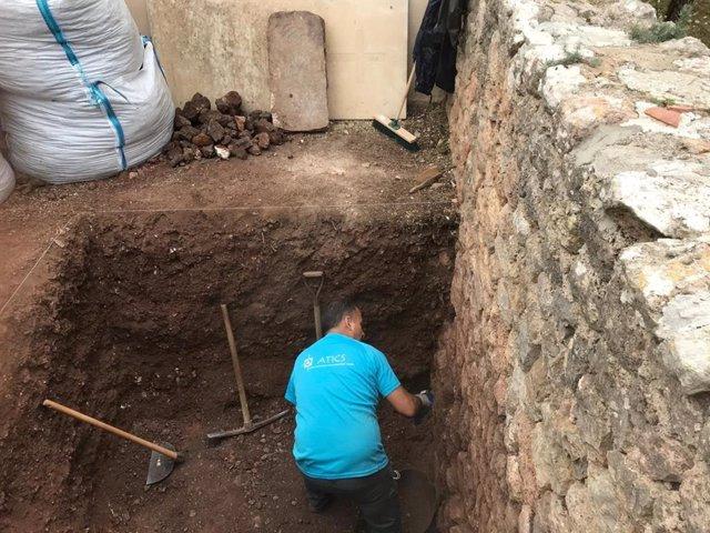Un miembro del equipo de Atics trabaja en las tareas de excavación para localizar una posible fosa en el cementerio de Valldemossa.