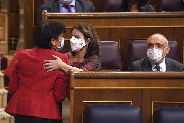 (I-D) La ministra de Educación y Formación Profesional, Isabel Celaá; la portavoz socialista en el Congreso, Adriana Lastra; y el secretario general del PSOE en el Congreso, Rafael Simancas, durante una sesión plenaria, en Madrid (España), a 19 de noviemb
