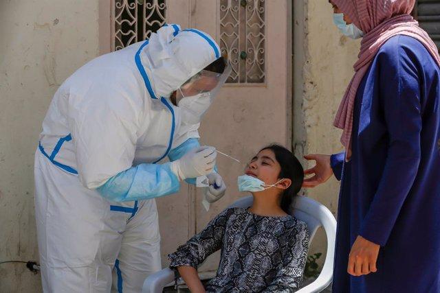 Prueba de coronavirus a una niña en Belén