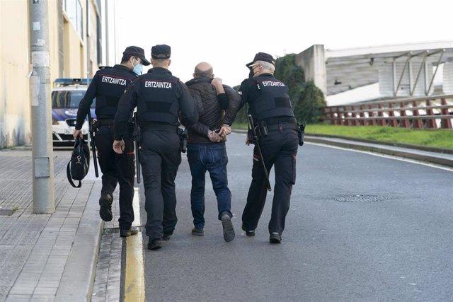 Agentes de la Ertzaintza detienen a un asistente a una manifestación negacionista en Bilbao