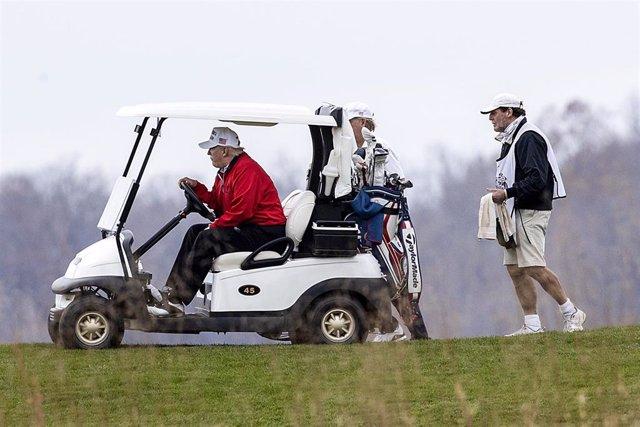 El presidente de Estados Unidos, Donald Trump, jugando al golf en Virginia