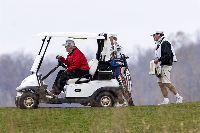 El presidente de Estados Unidos, Donald Trump, jugando al golf en Virginia