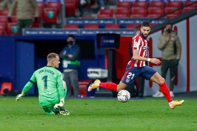 Yannick Carrasco regatea a Ter Stegen antes de marcar el 1-0 en el Atlético de Madrid-FC Barcelona