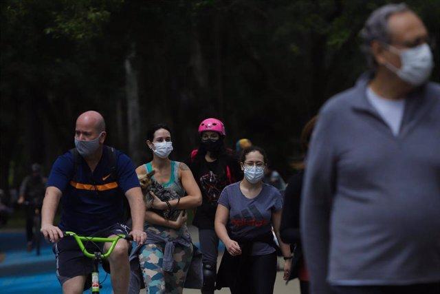 Un grupo de personas pasea por el parque de Ibirapuera en Sao Paulo, Brasil.