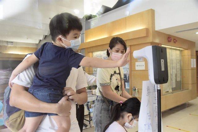 Una familia se desinfecta las manos en Hong Kong