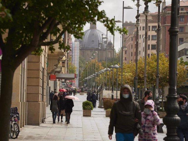 Transeúntes pasean por una calle de Pamplona