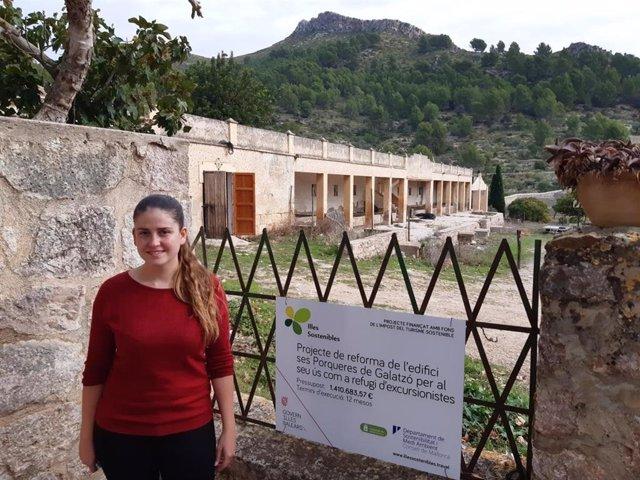 La vicepresidenta y consellera insular de Sostenibilidad y Medio Ambiente, Aurora Ribot, ante el futuro nuevo refugio de Galatzó.