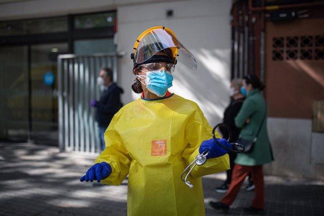Una tècnic del Sistema d'Emergències Mèdiques (SEM) de la Generalitat de Catalunya durant un servei i neteja d'EPIs, a Barcelona/Catalunya (Espanya) a 19 d'abril del 2020.