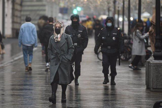 Personas con mascarillas paseando por Moscú