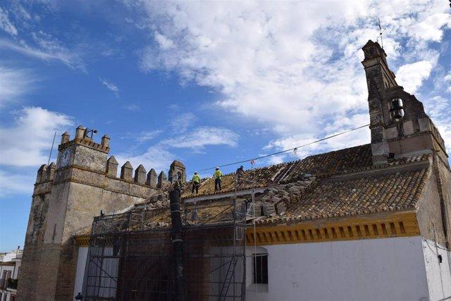 Obras en el tejado de la iglesia parroquial de Hinojos (Huelva).