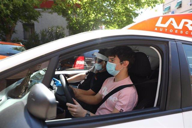 Un joven recibe clases de conducir en la autoescuela Lara durante la pandemia.