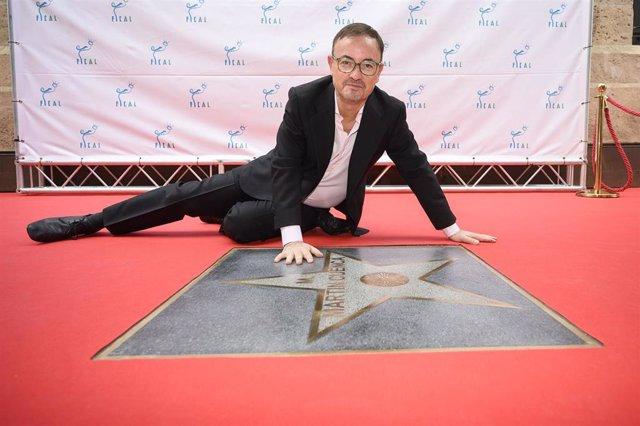 El director Manuel Martín Cuenca frente a su estrella en el Paseo de la Fama de Almería