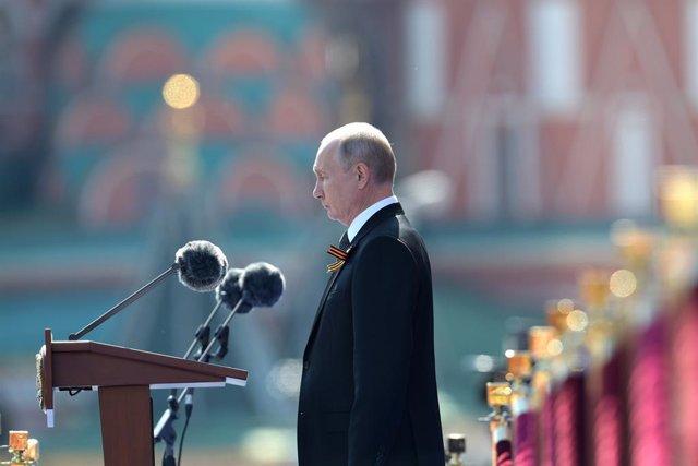 Vladimir Putin preside un desfile militar en la Plaza Roja