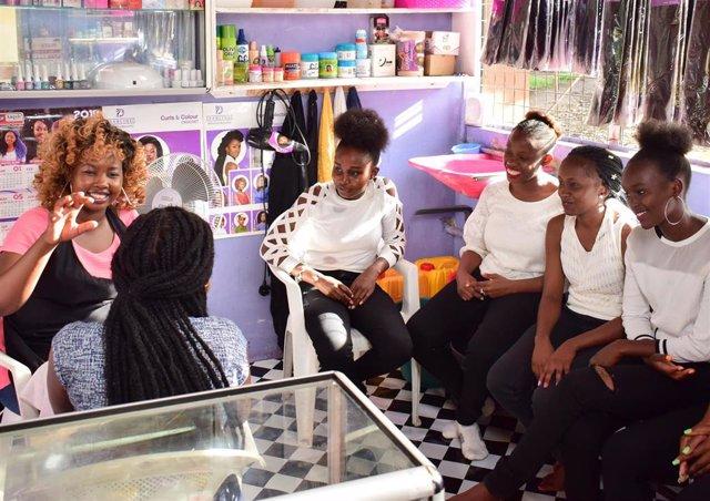Esther Oulo en su negocio, en Kenia