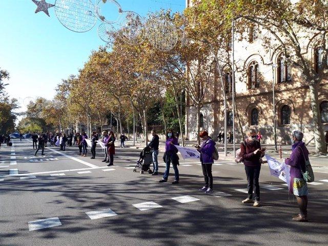 La cadena humana feminista a la altura de plaza Universitat