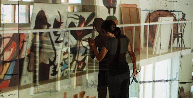La pintora Bea Sarrias pinta sobre imatges del cineasta Morrosko Vila-San-Juan en el projecte artístic 'Miró-Sert-Gomis. La llum al taller de l'artista'