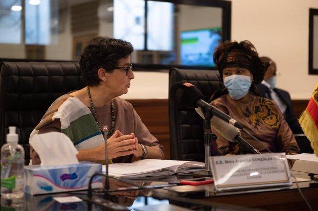 La ministra de Asuntos Exteriores, UE y Cooperación, Arancha González Laya, y su homóloga senegalesa, Aïssata Tall Sall