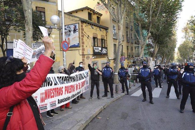 """Varias personas se manifiestan para exigir que el Rastro sea reabierto """"al 50 por ciento"""" en el día de su regreso a Madrid."""
